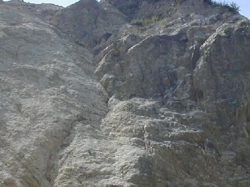 天然ゼオライトの岩盤